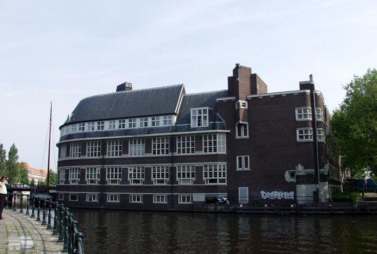 De Vierde Ambachtsschool (A.J. Westerman) aan de Postjesweg 1, Amsterdam-West. Bouwstijl Amsterdamse school.