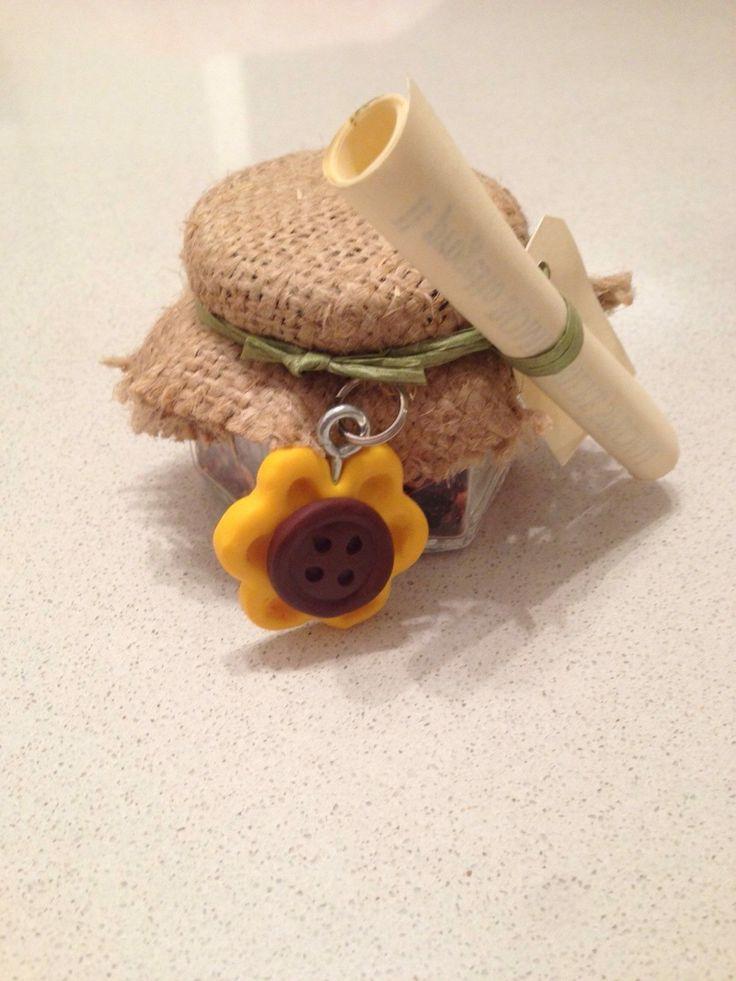 Bomboniera realizzata con vasetto di peperoncino o erbe aromatiche con portachiavi di girasole in fimo.
