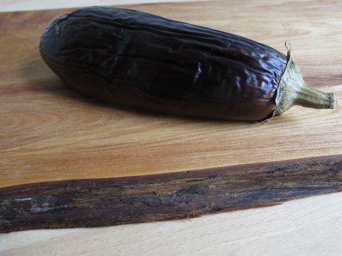 Recept voor vegan broodbeleg, spread van aubergine met tahin en cacao. Ook lekker als dip met groente bij de borrel of op een kikkerewtenmeelflensje.