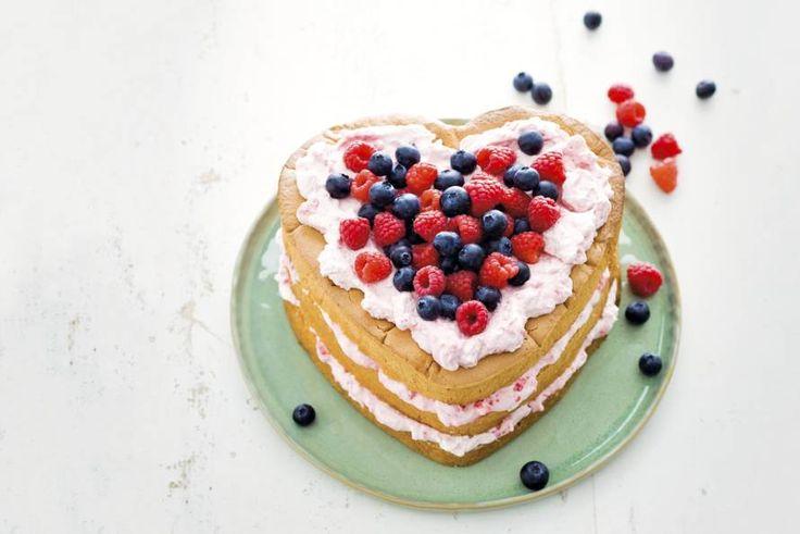 Leuk idee voor Valentijn: deze taart samen laag voor laag oppeuzelen. Lekker zoet! Recept - Frambozen-roomtaart - Allerhande