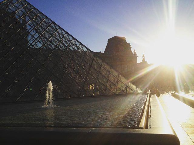 #Louvre #louvremuseum #museedulouvre #sunset #sonnenuntergang #romantisch #pyramide #glaspyramide #paris #frankreich #france #roadtrip #hoptifahrt #travel #reise #reisen #French #sun