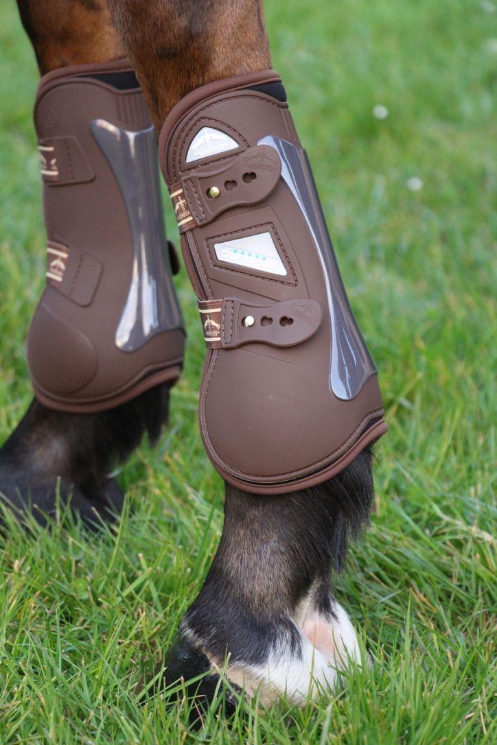 """""""Olympus Front"""" de VEREDUS - Guêtre innovante caractérisée par une forme parfaitement anatomique qui garantit le maximum de confort et un placement parfait sur la jambe du cheval.  Existe en Noir ou Brun."""