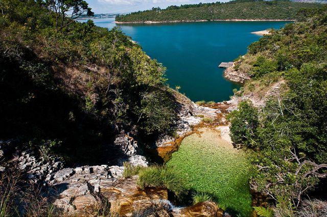 A Lagoa azul está localizada as margens da rodovia MG 050 sentido barragem