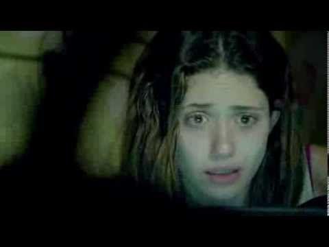 THE INSIDE EXPERIENCE (2011, D.J. Caruso) Christina Perasso (Emmy Rossum) pewnego dnia budzi się uwięziona w miejscu, którego nie zna. Nie ma pojęcia gdzie jest ani kto ją porwał. Dzięki zanikającemu sygnałowi wi-fi w swoim laptopie, kontaktuje się z przyjaciółmi, rodziną oraz z rosnącą widownią stron internetowych, która ciekawa jest przebiegu sytuacji. Przesyła im zdjęcia, filmy i wskazówki z miejsca swojego pobytu, aby mogli odkryć gdzie się znajduje.