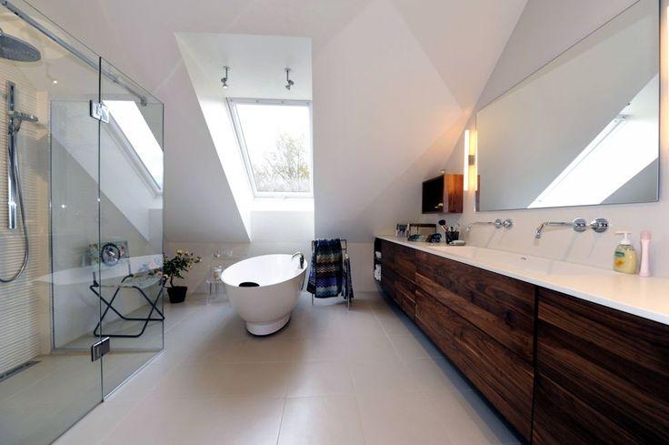 Drømmebadet: Stor, god dusj bak glass, og et herlig badekar med utsikt. Baderomsinnredning i valnøtt myker opp i alt det hvite.