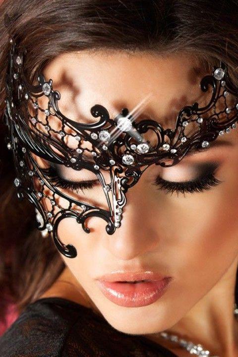 Geheimnisvoll zur nächsten #Kostüm Party! Mit dieser Maske setzt du Deinem Outfit garantiert die Krone auf! Ob an Fasching, Karneval oder Halloween - diese Maske ist ein absolutes Highlight! https://www.burlesque-dessous.de/burlesque/accessoires/venezianische-masken/maske-mit-asymmetrie
