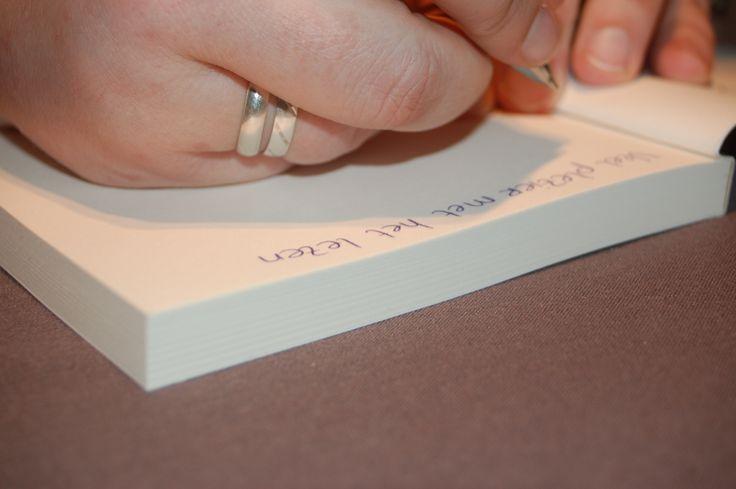De auteur signeerd