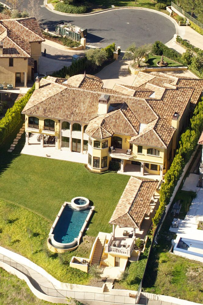 Kim Kardashian & Kanye West's home in Los Angeles, Calif. Price: $10.75 million  #celebrityrealestate #celebrityhomes