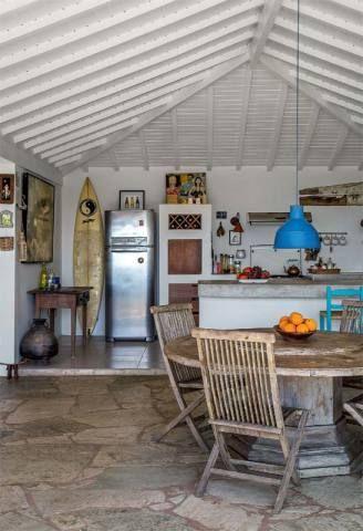 O desnível de 8 cm entre cozinha e sala delimita os espaços e serve de passagem para a rede hidráulica. Na parte mais alta, o piso emprega placas cerâmicas (Ipira Marfm, da Eliane). De alvenaria, a bancada de 1 x 3,30 m, com tampo cimentado, divide os ambientes.