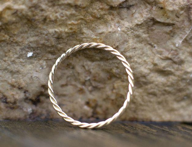 Diese Auflistung ist für eine einmalige 14-karätigem Gold Ehering, einzigartiger Goldring für sie  Es ist 1,2 mm breit.  Es besteht aus 14-karätigem Gold gefertigt.  Dieses zarte Band...