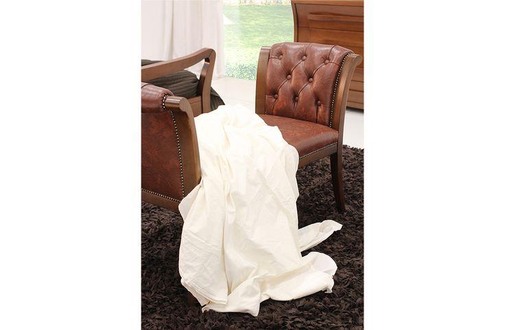 Ανακλιντρο Ιριςκατασκευασμένο από φυσικό ξύλο οξιάς μασίφ σε διαστάσεις 115Χ56Χ78.Το μαξιλάρι του καθίσματος είναι από αφρώδες ελαστικό μεσαίας σκληρότητας και καπιτονε λεπτομέρειες στα μπράτσα.