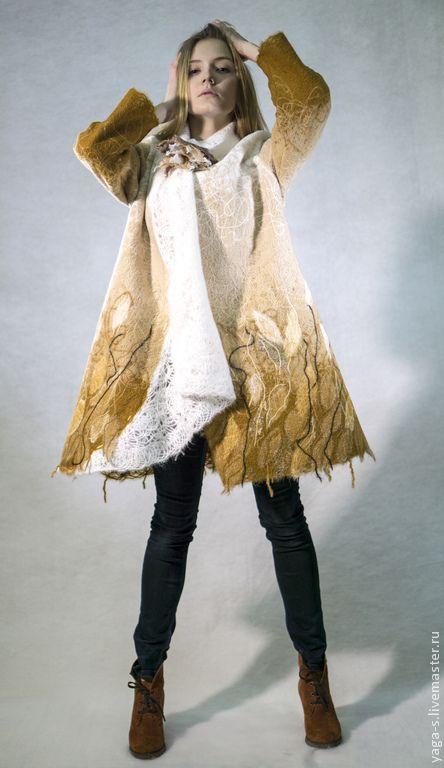 Пальто-свингер (с застежкой-брошью) ручной работы, без подкладки. Модель трапециевидная, свободного кроя, спущенная линия плеча, заниженная пройма. Пальто легкое, уютное. Ткань не колючая. Прекрасно носится, нет вытяжки и деформации. Материал: шерсть 70%, акрил 30% Цена: 12100 руб.