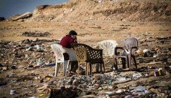 Cairo, un caffé all'aperto per gli 'uomini spazzatura': Muqattam, una comunità abitata dagli 'Zabbaleen', cristiani copti quasi tutti occupati nella raccolta di immondizia della città.