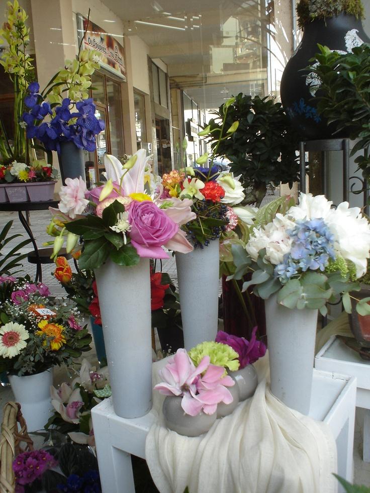 Moustakas flowers- Spring flowers in vase #springflowers #flowersvase #windowdisplays