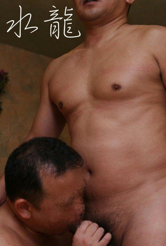 中年男性に可愛いチンポをナメられる肉体男