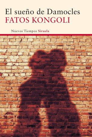 'El sueño de Damocles' de Fatos Kongoli es la historia de una locura. También es una hermosa tragedia de amor que nos zambulle en los oscuros recovecos de la realidad albanesa. Una recreación en clave contemporánea de la historia de Romeo y Julieta; como escenario, la Tirana de los años noventa donde las mafias dominan todas las esferas sociales, y la corrupción y la miseria se perpetúan sin visos de esperanza. http://www.siruela.com/catalogo.php?id_libro=2486