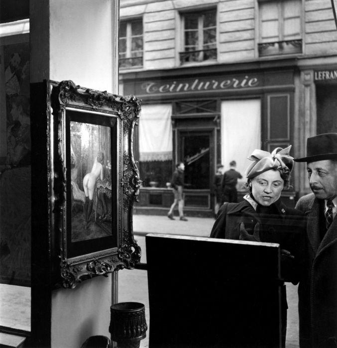 Doisneau Tableau de Wagner dans la vitrine de la Galerie Romi, rue de Seine, Paris 6e – 1948
