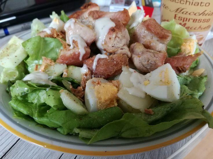 Uvarene vejce nakrajime na kousky, salatovou okurku oloupeme, a nakrajime na kolecka. Salat omyjeme, vyzdimeme z nej vodu a listy klademe na...