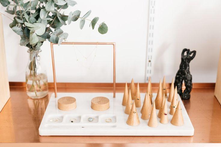 Gli oggetti sono disegnati dalla Designer Ana Tevsic Naukovic, fatti a mano e appaiono in piccole serie. Il design si concentra sulla funzionalità del prodotto, lasciando la sua forma pulita e semplice. Il legno utilizzato per i loro prodotti non ha altra finitura ma una mano di olio di lino naturale. Ciò rende i prodotti eco-compatibili e promuove un livello più profondo di interazione tra un oggetto e l'utente. Mentre gli utenti si preoccupano dei loro articoli dando loro un rivestiment...