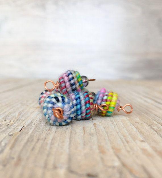Kraal Drop Charms - stof textiel kraal, koper  Kraal Drop bungelt gemaakt van einde gehamerd koperen head pin, één parel van de Tsjechische glas en één stof textiel parel - handgemaakt door mij.  Details: Koperdraad 20 gauge Bengelen van lengte - ca. 0,79 inch (20mm) Stof Fiber kralen doorsnede - 10mm Aantal: 6 stuks    -Hoewel ik mijn best doen om de kleuren van mijn producten nauwkeurig te portretteren in mijn fotos, er zijn natuurlijke kleur afwijkingen tussen de computerschermen.