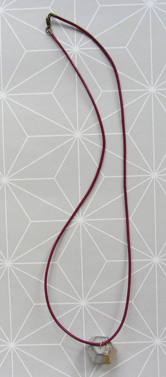 Beton Leder Halskette Diamant - Maße Diamantanhänger ca. 25 x 25 mm - Kettenlänge: zwischen 60 - 65 cm - der Betonanhäner ist frei beweglich am Lederband - jede Halskette wird handgefertigt und ist somit ein Unikat -kleinste Luftblasen können beim Beton gießen entstehen und machen so