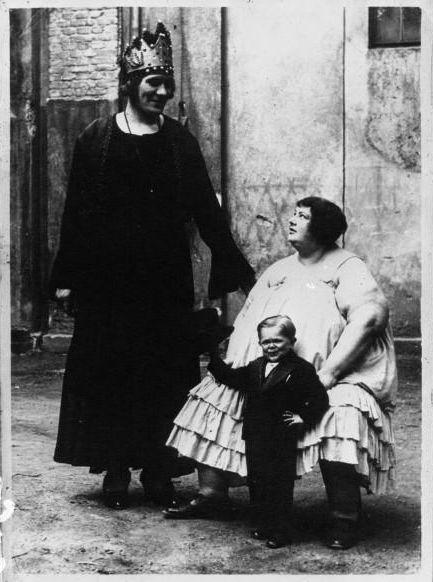 Des phénomènes de foire photographiés par l'agence Mondial en 1932, à découvrir sur le blog The man in the bottle