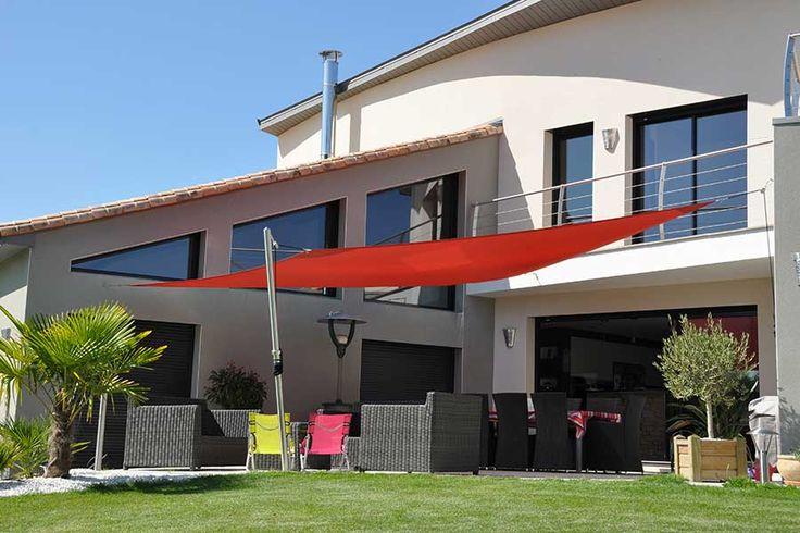 Une voile d 39 ombrage rouge modernise votre maison et terrasse 20 serra - Voile ombrage terrasse ...