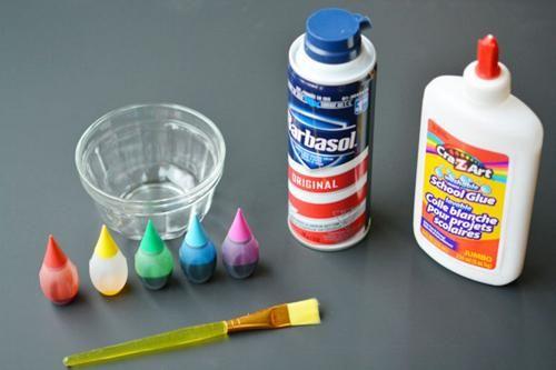 Mezcla espuma de afeitar y colorante y hace una pintura que cuando seca, a los niños les encanta