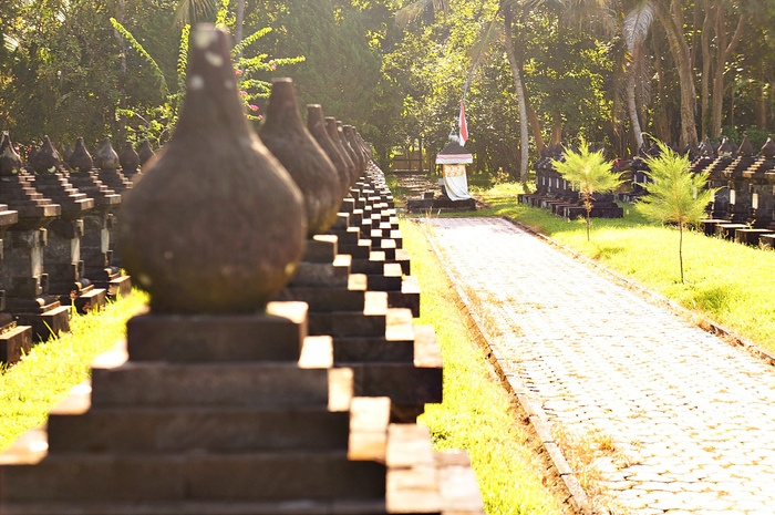 Place to rest: A line of tombstones where the names of those who died protecting the independence are written there. One stands out tombstone covered with a white cloth and a flag belongs to Ngurah Rai. (Photo by Raditya Margi).
