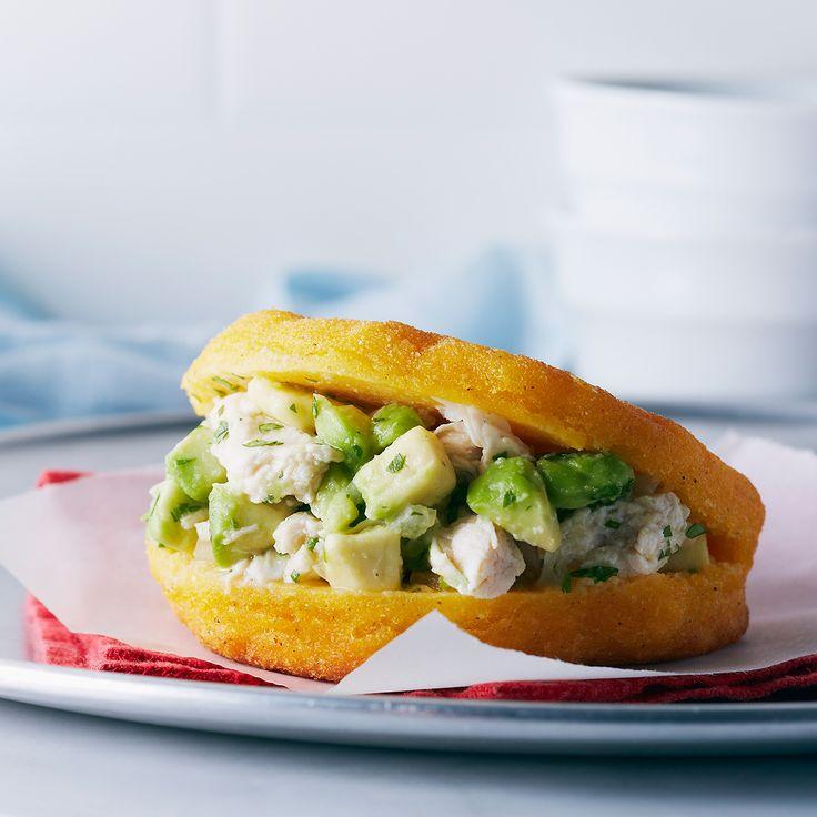 Reina Pepiada Arepa (sandwich vénézuélien)  Ces sandwichs naturellement sans gluten ressemblent aux pitas et sont comme une drogue ! La pâte de semoule de maïs donne à ces arepas un intérieur moelleux et un extérieur croustillant. On peut les garnir de viande, de haricots, d'œufs ou de cette salade de poulet dont vous ne pourrez bientôt plus vous passer. Reina Pepiada est l'une des variétés les plus communes au Venezuela et dans ce pays, on les consomme au petit-déjeuner ou comme collation…