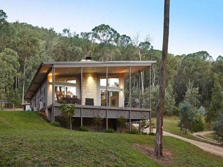House in Bright, Australia. Experience comfort, style and space in natural wooded surrounds in this well-designed home. Perfectly positioned on the hill just minutes walk from the Bright brewery/cafes, Willie Wagtails is perfect for a family holiday, girls' getaway or cyclin...