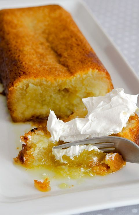 Bizcocho jugoso de limón /    250 gr. de mantequilla a temperatura ambiente.     250 gr. de azúcar.     2 huevos.     250 gr. de almendra .     4 limones (la ralladura de 2 y el zumo de los 4)
