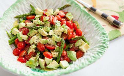 Σαλάτα με σπαράγγια, αβοκάντο και ντοματίνια
