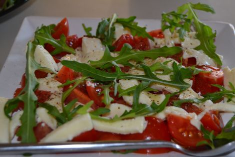 Tomatsalat med cherrytomater, mozzarella og dressing af olivenolie, citronbalsamico, salt og peber