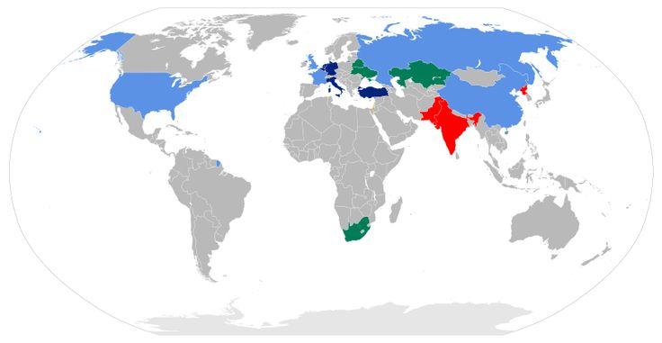 (Azul claro)Estados com Armas Nucleares (EAN) (China, França, Rússia, Reino Unido e EUA)/(Vermelho) Estados com Armas Nucleares não EAN (Índia, Coreia do Norte, Paquistão)/ (Amarelo - quase não dá p ver) Estados com Armas Nucleares não-declaradas (Israel)/ (Preto) Estados acusados de terem programas de armas nucleares (Irã e Síria)/ (Azul marinho) Países que compartilham armas com a OTAN/ (Verd)Estados que possuíam armas nucleares anteriormente -Bielorrússia, Cazaquistão, Ucrânia e África do…