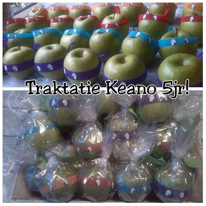 Traktatie van K. 5jr. uitdelen op de kleuterschool Ninja Turtles appels