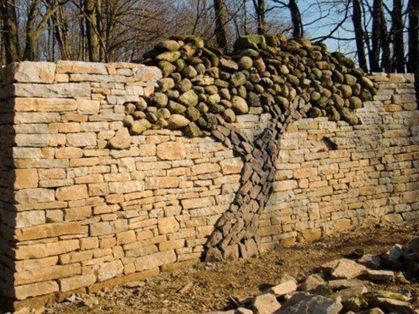 piedras apiladas a la pared.
