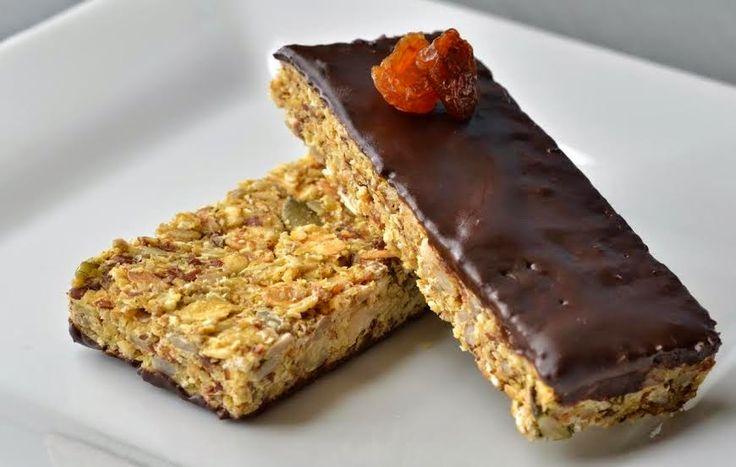 Éhezésmentes Karcsúság Szafival: Cukormentes müzliszelet müzlivariáció zabpehelyliszttel tojással csokival a tetején sütőbe