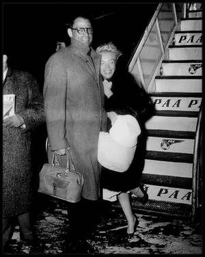 """19 Janvier 1957 / Marilyn et Arthur sont de retour à New York après leur lune de miel passée en Jamaïque (voir article sur le blog) ; A cette époque, les """"Marilyn MONROE Productions"""" en qui elle avait mis tous ses espoirs d'indépendance et de maîtrise de son destin, allaient très mal financièrement. C'est pourquoi elle assumait du mieux possible un rôle socialement acceptable, mais personnellement désastreux, de femme d'intérieur. La vie avec Arthur était bien souvent d'une triste…"""