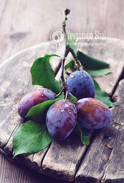 Food photography and styling : Plums
