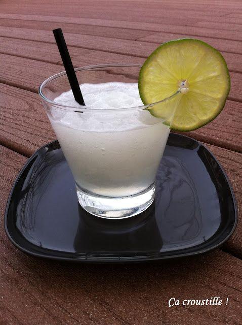 MARGARITA + Fouetter ensemble l'eau de noix de coco et la crème de noix de coco dans un bol à mélanger jusqu'à obtenir une consistance homogène. Verser le mélange dans des bacs à glaçons, puis congeler pendant au moins 12 heures, ou jusqu'à ce que congelé. (La crème de noix de coco ne toujours gèle pas complètement, si la vôtre n'est pas 100% solide, ça ira très bien aussi.) Garder congelé jusqu'au moment de servir.