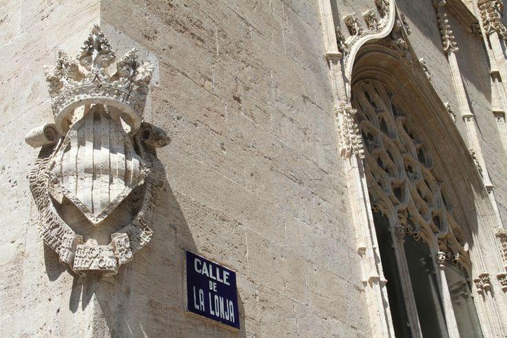 Posiblemente uno de los lugares más bonitos para visitar en la ciudad de #Valencia es la Lonja o también conocida como Lonja de la #Seda. Este edificio que fue construido a caballo entre los siglos XV y XVI es uno de los más representativos de la riqueza del siglo de oro #valenciano y queda como prueba palpable y visible de la importancia que la #burguesía valenciana alcanzó en la Baja #EdadMedia. http://www.guias.travel/blog/si-visitas-valencia-no-te-puedes-perder/