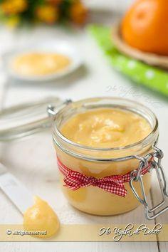 Crema all'arancia facile e veloce, una ricetta base ottima per farcire torte, biscotti e come dolce al cucchiaio. Una crema pasticcera all'arancia deliziosa