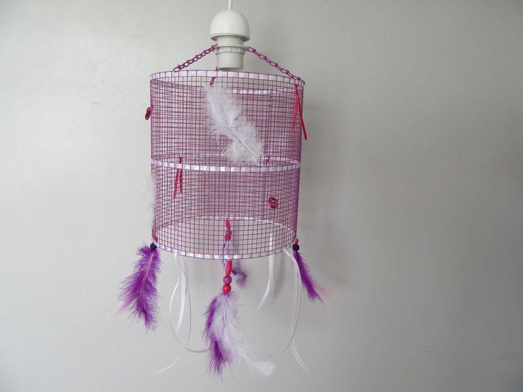 Lustre violet / luminaire suspension abat jour grillage et plumes : Luminaires par lulli-deco