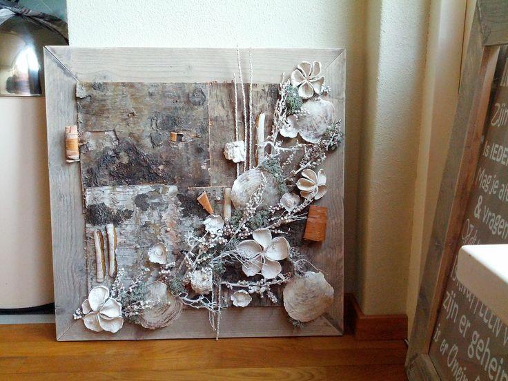 Een natuurlijk schilderij, van gedroogde materialen en schelpen. Op een achtergrond van berkenschors. De lijst is van mooi steigerhout. Gewoon stoer!!