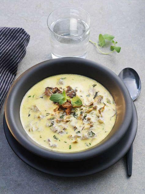 Enkelt ch klassiskt recept på kantarellsoppa. Om du vill så kan du byta ut hönsbuljongen mot grönsaksbuljong och vips så har du en vegetarisk, välsmakande soppa! Innehåller 222kcal. Här är ytterligare ett recept på en annan god trattkantarellsoppa!