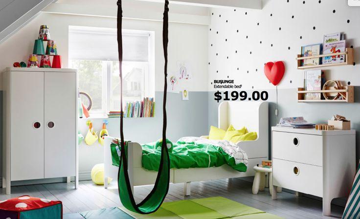 una habitación moderna, alegre, y adaptada a las necesidades de los más pequeños. Los vinilos decoran sin arruinar las paredes, y la hamaca y colchonetas a tono con el acolchado generan un ambiente divertido. IKEA