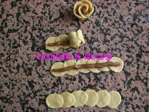 Salam a3leykoum Roses aux cacahuètes وردات من كاوكاو Ingrédients : - 1 pot de crème fraîche (20cl) - 125g de beurre - 1 oeuf - 50g de sucre (ou + suivant le goût) - farine selon le besoin - colorants alimentaires - brillant alimentaire - miel farce :...