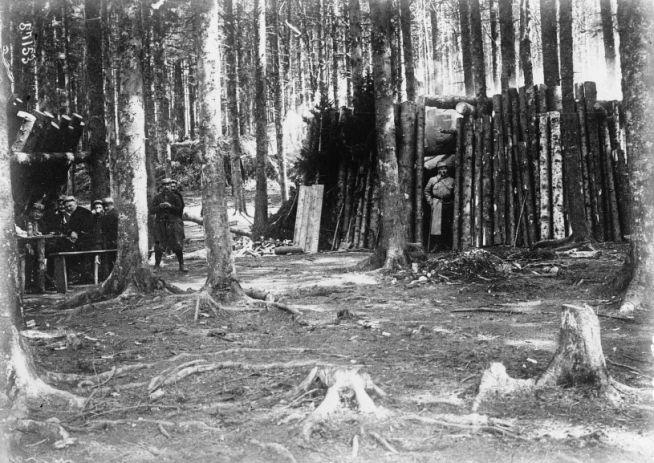 1915 - Nos fantassins dans leurs gourbis sur la terre d'Alsace (col du Bonhomme). Photographie de presse : Agence Meurisse
