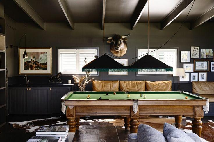 Das Haus bietet auch einen Hauch von luxuriöser Entspannung mit diesem Raum, zentriert auf einem traditionellen Stil Billardtisch. Oben, sehen wir eine schlankere nehmen auf die freiliegenden Deckenbalken.